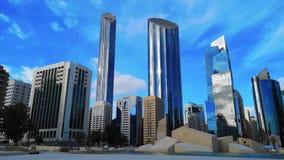 Laps de temps de l'architecture de ville et des gratte-ciel modernes de l'horizon d'Abu Dhabi avec de beaux nuages, World Trade C clips vidéos