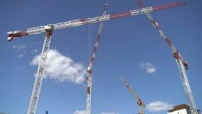 Laps de temps de la construction en construction, de la grue et des nuages clips vidéos