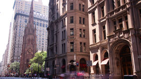 Laps de temps latéral ensoleillé des bâtiments 4k de Broadway de New York clips vidéos