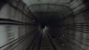 Laps de temps de m?tro se d?pla?ant au tunnel fonc? ?quitation souterraine de train de vitesse rapide dans un tunnel de la ville  banque de vidéos