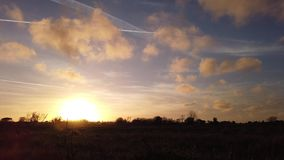 Laps de temps de mouvement de pré avec le ciel et les nuages impressionnants jusqu'au clair de lune banque de vidéos