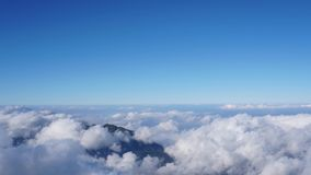 Laps de temps de paysage nuageux fantastique sur la montagne de Fansipan dans Sapa, Vietnam banque de vidéos