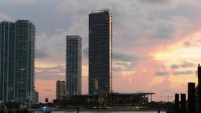 Laps de temps rose du centre du panorama 4k de l'eau de coucher du soleil de Miami la Floride Etats-Unis banque de vidéos