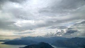 Laps de temps tiré d'une montagne, nuages fonctionnants sur un fond des montagnes banque de vidéos
