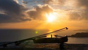 Laps de temps Violon au coucher du soleil par la mer banque de vidéos