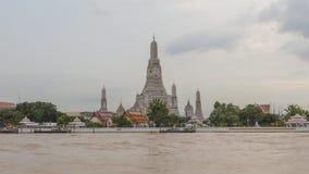 Laps de temps de vue de côté de rivière de Wat Arun Ratchawararam Ratchawaramahawihan banque de vidéos