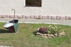 Lapshatny-Entwurf Regenschirm, Steine und Blumen stockbilder