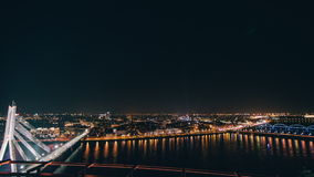 Lapso da noite da skyline de Riga durante um festival claro video estoque