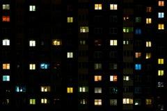 Lapso da noite da luz nas janelas de uma constru??o de v?rios andares Vida em uma cidade grande fotos de stock royalty free