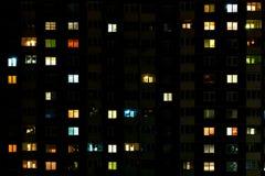 Lapso da noite da luz nas janelas de uma constru??o de v?rios andares Vida em uma cidade grande imagens de stock royalty free