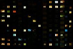 Lapso da noite da luz nas janelas de uma constru??o de v?rios andares Vida em uma cidade grande fotografia de stock