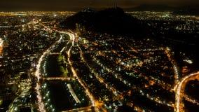 Lapso de la noche de la ciudad de Santiago de Chile con la carretera y la colina de San Cristobal, visión superior almacen de metraje de vídeo