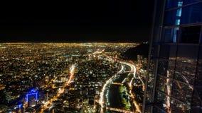 Lapso de la noche de la ciudad de Santiago de Chile con la reflexión del skyscrapper de Costanera del cielo de la carretera almacen de metraje de vídeo