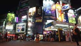 Lapso de la noche del distrito popular de las compras y del entretenimiento de Ximending en Taipei, Taiwán almacen de video
