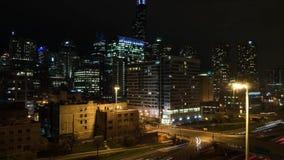 Lapso de la noche del horizonte de la ciudad y de las señales de las torres en el lazo del oeste Chicago almacen de video