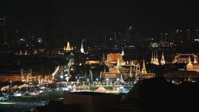 lapso de la noche 4K del templo famoso de Wat Phra Kaew de Emerald Buddha almacen de metraje de vídeo