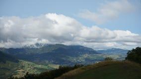 Lapso de tempo af uma paisagem da montanha com nuvens brancas vídeos de arquivo