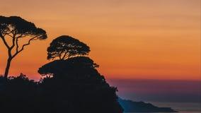 Lapso de tempo, ajuste bonito do sol do por do sol atrás das árvores em montes de Itália em Sorrento, lugar da fibra em Itália filme