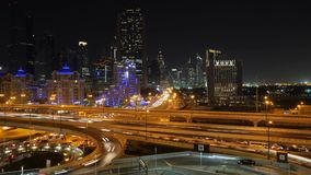 Lapso de tempo alto das estradas transversaas do tráfego na cidade de Dubai Timelapse uae da junção da estrada transversaa da est filme