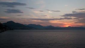 Lapso de tempo Alvorecer no seacoast Itália, Salerno O sol aumenta das montanhas 4K vídeos de arquivo