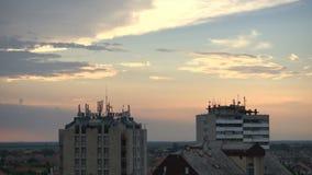 Lapso de tempo as nuvens acima de duas construções video estoque