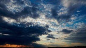 Lapso de tempo bonito do por do sol, céu escuro com nuvens filme