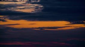Lapso de tempo bonito do por do sol, céu escuro com nuvens video estoque