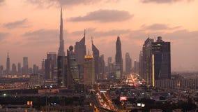 Lapso de tempo Burj Al Khalifa, skyline de Sheikh Zayed Road no crepúsculo, video estoque