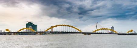 Lapso de tempo: céu tormentoso dramático sobre Dragon Bridge no Da Nang, Vietname fotografia de stock royalty free