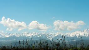 Lapso de tempo com as montanhas e as nuvens nevados pitorescas vídeos de arquivo