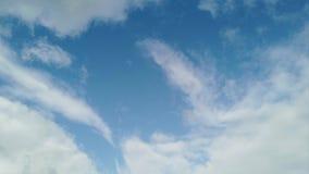 Lapso de tempo com rolos das nuvens com movimento do incrédulo, sopros do fumo da cor e jogos da luz em um céu azul vídeos de arquivo