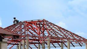 Lapso de tempo, construção do trabalhador uma construção do telhado video estoque