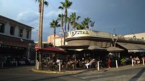 Lapso de tempo da área pedestre ocupada com as barras restaurantes na estância turística dos pinos dos les de Juan, ` Azur da cos filme