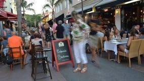 Lapso de tempo da área pedestre ocupada com barras e restaurantes na estância turística dos pinos dos les de Juan, ` Azur da cost vídeos de arquivo