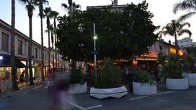 Lapso de tempo da área pedestre ocupada com barras e restaurantes na estância turística dos pinos dos les de Juan, ` Azur da cost filme