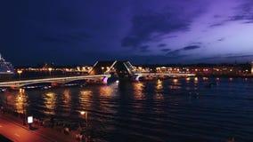 Lapso de tempo da arquitetura da cidade da ponte famosa do palácio do ` s de St Petersburg através de Neva River na noite video estoque
