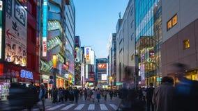 Lapso de tempo da cidade elétrica de Akihabara o lugar famoso no Tóquio com a multidão de povos na cidade do Tóquio, Japão video estoque