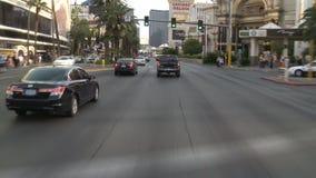 Lapso de tempo da condução abaixo da tira de Las Vegas durante o dia vídeos de arquivo