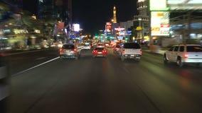 Lapso de tempo da condução abaixo da tira de Las Vegas na noite video estoque