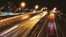 Lapso de tempo da condução dos carros do tráfego da estrada no estrada múltiplo da pista vídeos de arquivo