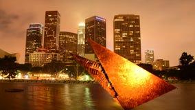 Lapso de tempo da escultura/na cidade da Los Angeles de DWP no dia à noite filme
