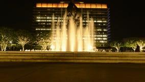 Lapso de tempo da fonte de água em Los Angeles do centro na noite vídeos de arquivo