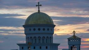 Lapso de tempo da igreja de St Jovan Vladimir contra o contexto do por do sol vídeos de arquivo