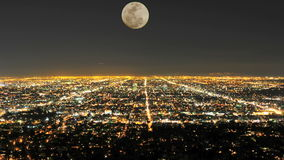 Lapso de tempo da lua que aumenta sobre Los Angeles - grampo 2 filme