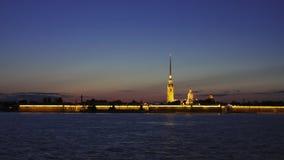Lapso de tempo da noite com a fortaleza de Peter e de Paul, St Petersburg, Rússia Navios no rio de Neva filme