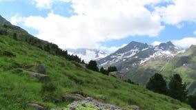 Lapso de tempo da nuvem de montanhas tauern altas em Tirol Áustria A neve cobriu montanhas vídeos de arquivo