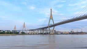 Lapso de tempo da ponte grande bonita de Bhumibol/ponte grande no rio vídeos de arquivo