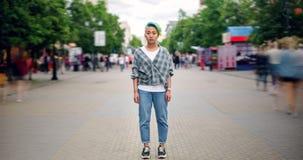 Lapso de tempo da posição adolescente asiática do moderno no centro da cidade na rua movimentada video estoque