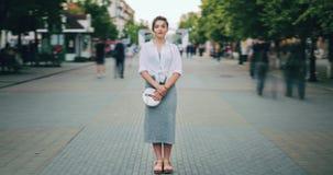 Lapso de tempo da posição atrativa da mulher adulta no centro da cidade na rua movimentada video estoque