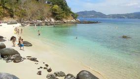 Lapso de tempo da praia branca bonita da areia em Phuket, Tailândia vídeos de arquivo
